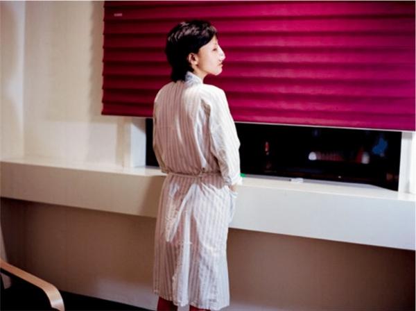 Bên trong những phòng hồi phục chức năng, các cô gái chờ đến một ngày được lột xác để trở thành những con thiên nga xinh đẹp.
