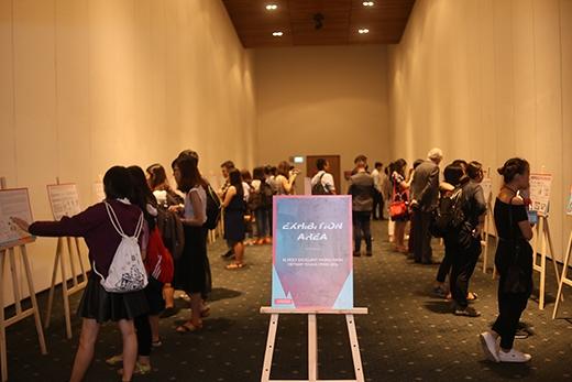 Không gian của phòng trưng bày thu hút đông đảongười thưởng lãm với những ý tưởng được đưa ra từ các nhóm tranh tài tại vòng chung kết.