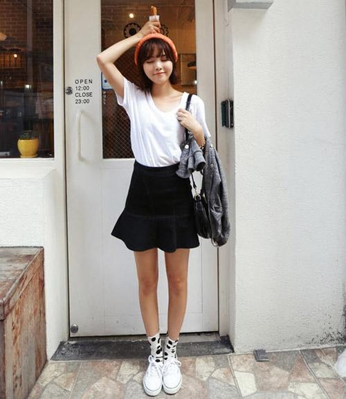 Chỉ cần mix với chiếc áo phông đơn giản cũng đủ khiến bạn tự tin xuống phố.