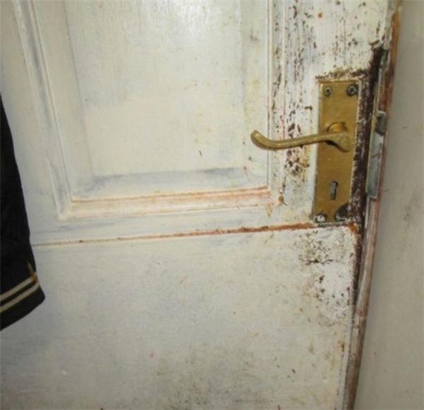 Cánh cửa cáu bẩn của nhà kho dùng để trữ thực phẩm
