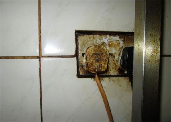 Ổ cắm điện thì dính đầy cặn mỡ và trở nên ố vàng đáng sợ.