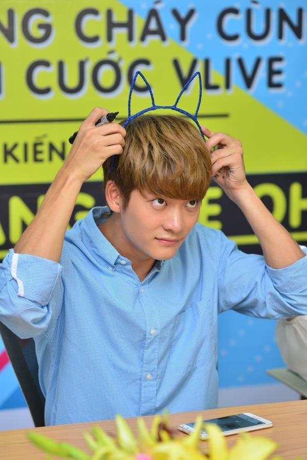 Kang Tae Oh đeo tai thỏ để selfie cùng fan.