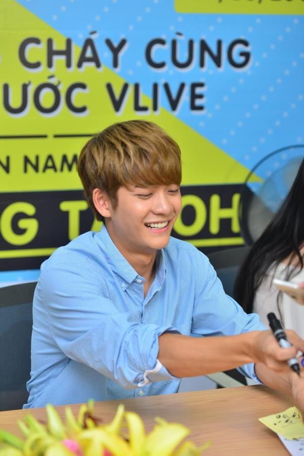 Đến Việt Nam, Kang Tae Oh đeo tai thỏ khiến fan ngất ngây