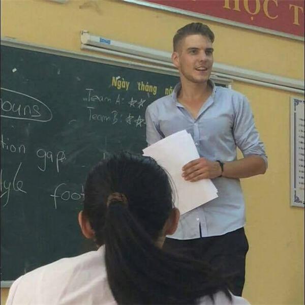 """Thầy giáo Tây đẹp trai thế này, hội chị em """"tha hồ"""" giỏi tiếng Anh"""