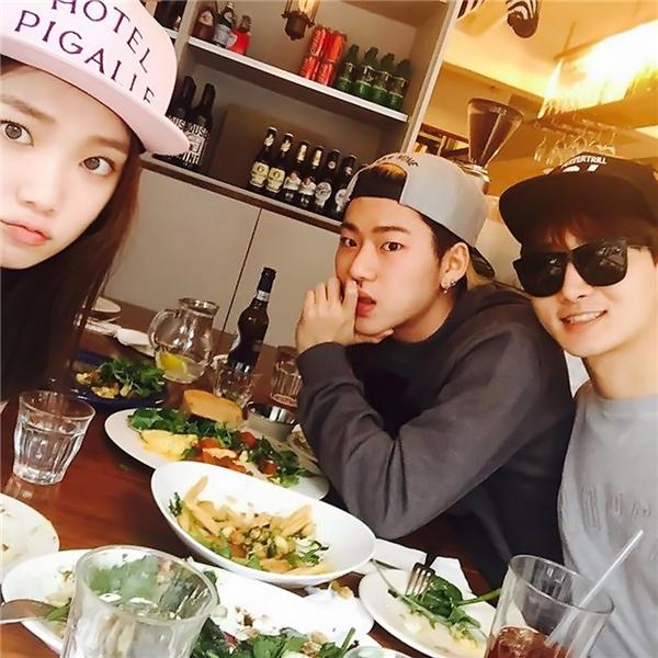 """Lee Sung Kyung và Zico thường xuyên dính """"nghi án"""" hẹn hò vì quá thân thiết."""