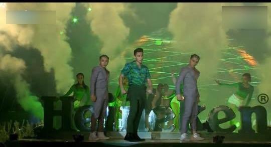 """Nhảy cực sung, Isaac """"ngượng chín mặt"""" vì bị rách quần vùng nhạy cảm - Tin sao Viet - Tin tuc sao Viet - Scandal sao Viet - Tin tuc cua Sao - Tin cua Sao"""