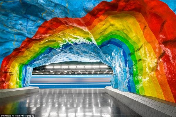 Thành phố thủ đô của Thụy Điển đăng cai tổ chức Thế vận hội Olympic vào năm 1912 gần nhà ga Sadion, nơiđược trang trí bằng nhữngmàu sắc cầu vồng rực rỡ tương phảnvới đá cẩm thạch vânxanh đại diện cho 5vòng tròncủa biểu tượngOlympic.Những màu sắc khácđược tô điểmthêm vào năm 1973 để kỉniệm mùathế vận hộiđã qua đồng thờithể hiện tinh thầnhưởng ứng đến trườngCao đẳngHoàng gia Âm nhạc gần đó.