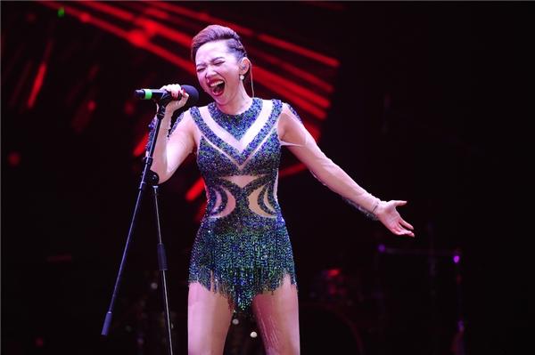 Nhưng thay vì quay vào để thay áo, nữ ca sĩ vẫn tiếp tục trình diễn sung cho đến những ca khúc cuối cùng trong phần biểu diễn. - Tin sao Viet - Tin tuc sao Viet - Scandal sao Viet - Tin tuc cua Sao - Tin cua Sao
