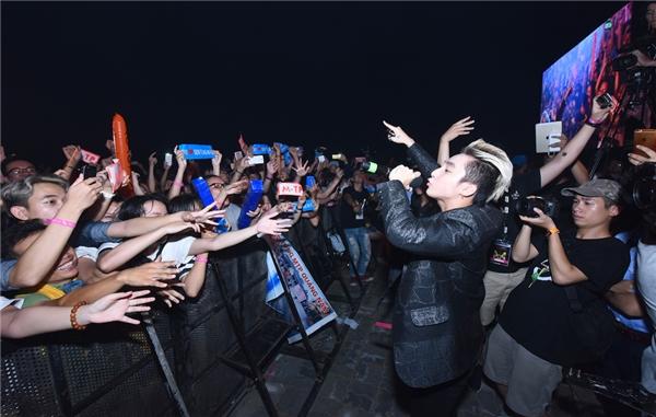 Dù xuất hiện vào khoảng 12h đêm, nhưng Sơn Tùng M-TP vẫn tạo một cơn bão hâm mộ nơi khán giả, và giữ chân họ ở lại hò reo theo anh trong suốt màn trình diễn. - Tin sao Viet - Tin tuc sao Viet - Scandal sao Viet - Tin tuc cua Sao - Tin cua Sao