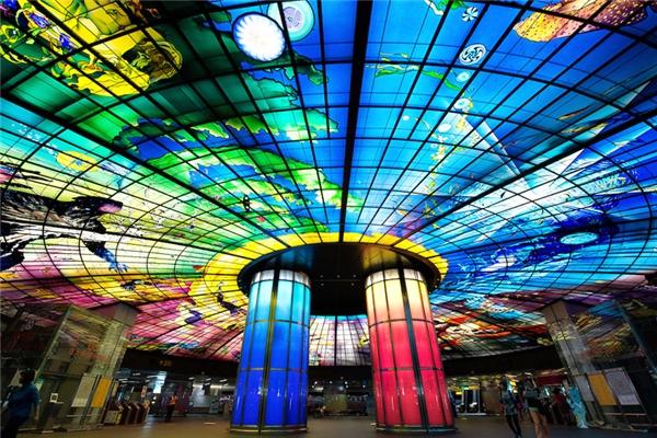 Nhà gaFormosa Boulevard được thiết kế như một chiếc kính vạn hoa khổng lồ với 4.500 tấm nghệ thuật bởi nghệ nhân người ÝNarcissus Quangliata. Nhà ga này có thể xem là kiệt tác làm bằng phalê lớn nhất thế giới với đường kính dài 30m và độ rộng lên đến 2.180 métvuông. Formosa Boulevard tọa lạc tại giao lộ ZhongZheng và Zhongshan và có 11 lối thoát hiểm.