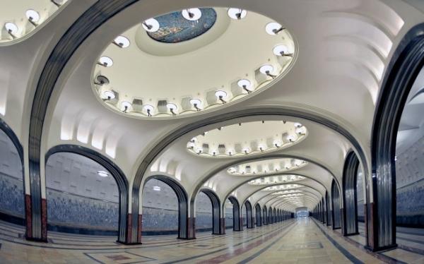 """Trạm Mayakovskaya được đặt theo tên nhà thơ nổi tiếng người Xô viết Vladimir Mayakovskaya và được mệnh danh là một trong những ga tàu điện đẹp nhất thế giới.Mayakovskaya nổi tiếng với 34 hốc tường tuyệt đẹp trên trần nhà và được ví von như""""24 giờ trên bầu trời Liên Xô"""". Năm 1938, nhà ga này đã xuất sắcgiành được giải thưởng lớn tại Hội chợ thương mại thế giới New York."""