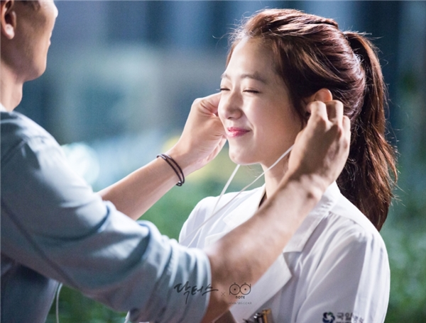 Còn ai nhận ra đây chính là nữ bác sĩ Yoo Hye Jung trưởng thành, sống nội tâm đầy nghiêm nghị?