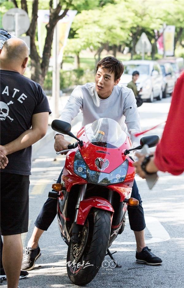 """Trông thấy Ji Soo cực ngầu lái mô tô, """"thầy Hong"""" cũng muốn một lần làm """"soái ca tốc độ""""."""