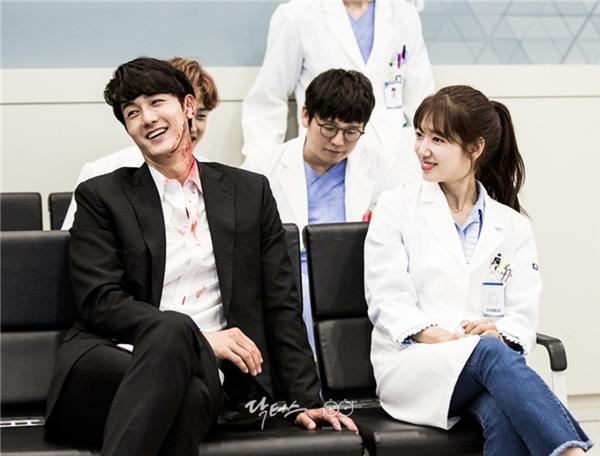 """Đánh đấm ì đùng trên phim là thế, ngoài đời Park Shin Hye và """"đại ca"""" Lee Ki Woo rất thân thiết, lại còn liên tục cười nói."""