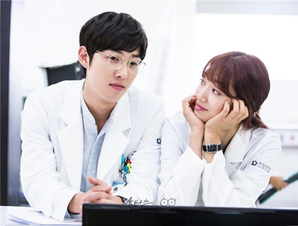 """Không phải Kim Rae Won, đây chính là hình ảnh các """"mọt"""" phim hóng nhất trước khi Doctors lên sóng. Baek Sung Hyun và Park Shin Hye từng là """"cặp đôi vàng"""" của màn ảnh Hàn từ bộ phim Nấc Thang Lên Thiên Đường. Thông tin cả hai gặp lại trong Doctors khiến những người yêu mến vô cùng háo hức."""