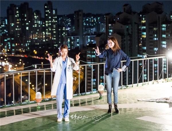 """Trên phim là tình địch và kẻ thù """"không đội trời chung"""" nhưng đằng sau ống kính, Park Shin Hye và Lee Sung Kyung là những người bạn cực thân thiết."""