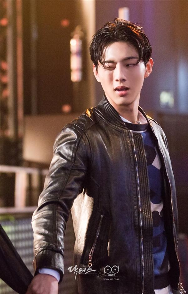 """Dù chỉ đảm nhận vai diễn khách mời nhưng Ji Soo lại thành công """"đốn tim"""" không ít khán giả nữ bởi hình tượng """"trai xấu"""" đầy phong độ."""