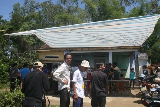 Gia đình Nguyễn Văn Ca (SN 1995, sinh viên của một trường trung cấp ở TP Hội An) lo hậu sự cho nạn nhân. Ảnh: Người Lao Động