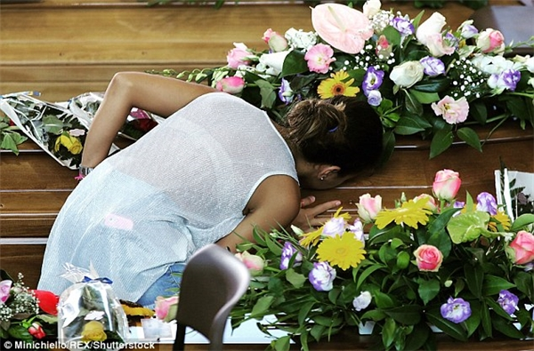 Người thân của nạn nhân kiềm nén nỗi đau đểgửi lời từ biệt cuối cùng.