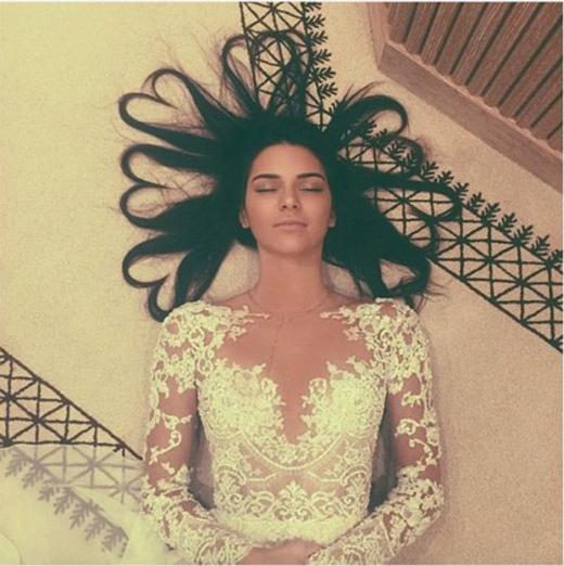 Kendall Jenner là một trong số ít người tạo kiểu tóc trái tim thành công.