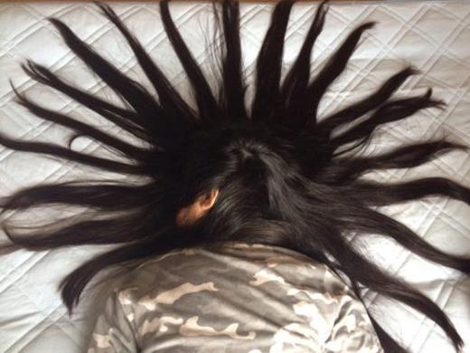 Cô gái bị biến thành người mẫu tóc bất đắc dĩ vì gọi mãi không dậy