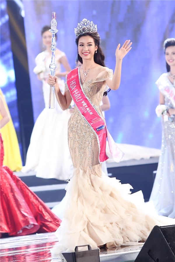 Khoảnh khắc đăng quang đầy xúc động của Hoa hậu Việt Nam 2016 Đỗ Mỹ Linh. Ngoài vương miện trị giá 2,2 tỉ đồng, Mỹ Linh còn nhận được quyền trượng bằng thủy tinh, pha lê và một đôi giày thiên thần trị giá 200 triệu đồng.