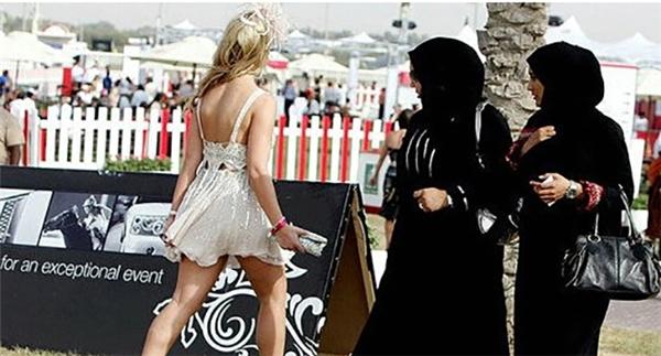 Bạn phải từ giã váy ngắn, quần sooc để mặc vào người những bộ quần áo kín mít từ đầu tới chân.