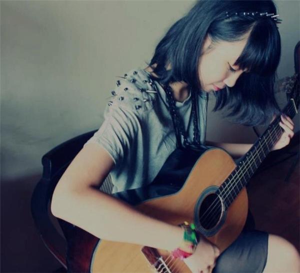 Không chỉ xinh xắn, Đỗ Mỹ Linh còn có khả năng về âm nhạc khi biết chơi nhạc cụ và ca hát. - Tin sao Viet - Tin tuc sao Viet - Scandal sao Viet - Tin tuc cua Sao - Tin cua Sao