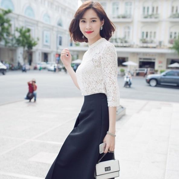 Áo trắng mixcùng chân váy đen luônlà set đồ ưa thích của Thu Thảo.