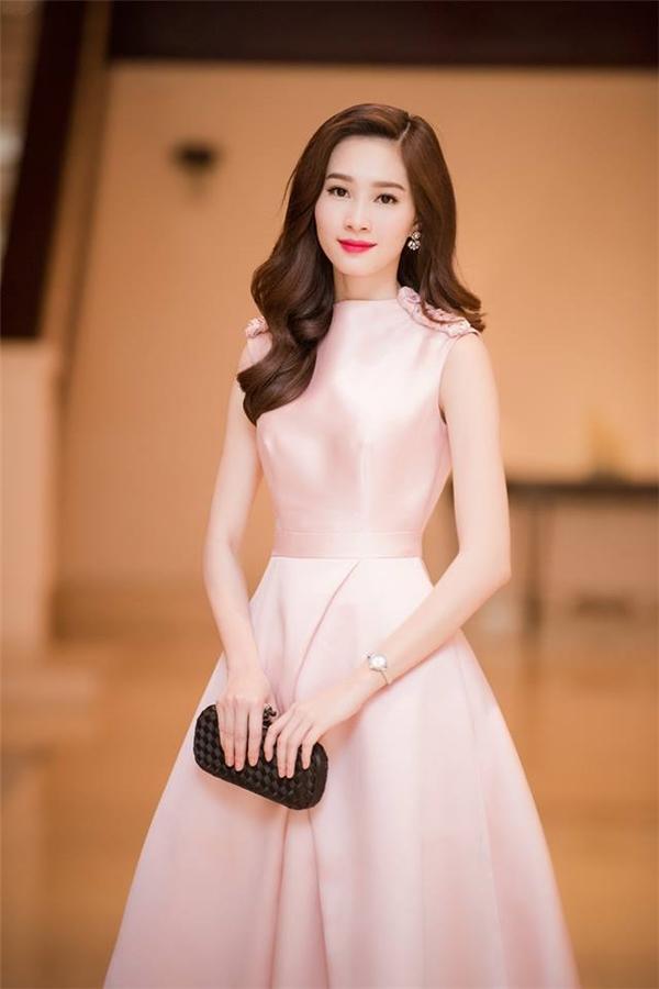 Vớithời trang thảm đỏ, Thu Thảo cũng thường xuyên lựa chọn những bộ cánh cógam màu pastel nền nã như màu nude, vàng nhạt, hồng, xanh da trời.