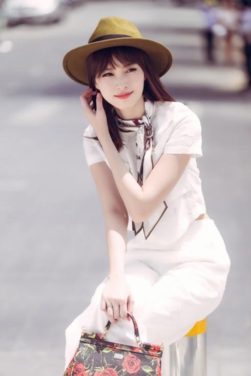 Hầu hết màu sắc trang phục của côđều manggam màu pastel basic nhưtrắng, đen,hồng, xanh, nude,ít họa tiết, tạo vẻ nhã nhặn.