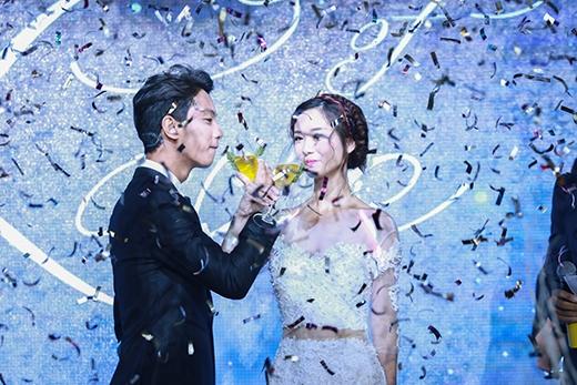 Jun Vũ và Võ Đình Hiếu cùng nhauthực hiện các nghi thức quen thuộctrong buổitiệc cưới.
