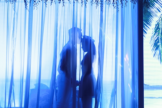 Điểm nổi bật nhất là phần trình diễn ánh sáng được nhấn nhá uyển chuyển qua các tiết mục nghệ thuật như: khiêu vũ, nhảy, hát…