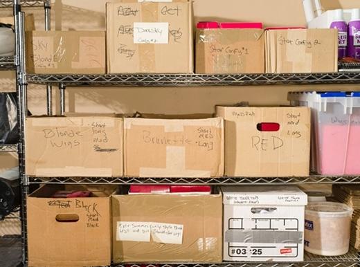 Tóc giả được phân loại và bỏ vào các thùng giấy riêng biệt.