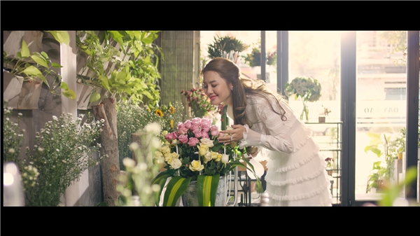 """Vào vai Huỳnh Mỹ - cô gái xuất thân trong gia đình giàu có và có người bố """"máu mặt"""" nhưng rất trong sáng, lương thiện. Cô có cuộc sống rất bình dị, ngày ngày chăm lo cho tiệm hoa nhỏ, để bán cho mọi người những sắc màu tươi đẹp nhất trong cuộc sống."""