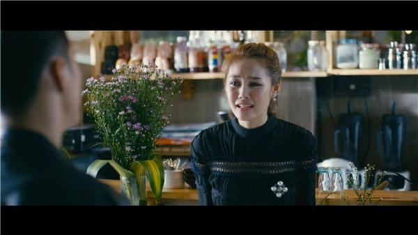 """Lan Ngọc đã dõi theo Linh Chi rất nhiều trong toàn bộ quá trình quay phim và cô ghi nhận, người đẹp đã thật sự nỗ lực, không ngại khổ, không ngại khó. Diễn xuất của chân dài tiến bộ theo từng cảnh quay.Sau khi bộ phim đóng máy, hai nữ diễn viênđã trở thành một đôi bạn tràn đầy """"tình thương mến thương""""."""
