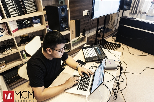 Producer Manny Fat Beatz đang hướng dẫn các bạn cách làm và chọn sound nhạc cho 1 bản nhạc trap hoàn chỉnh.