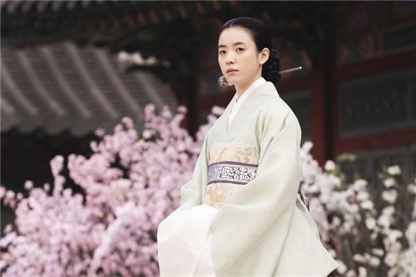 Với hàng loạt vai diễn ấn tượng,Han Hyo Jootừng được bình chọn là nữ hoàng phim cổ trang Hàn Quốc.