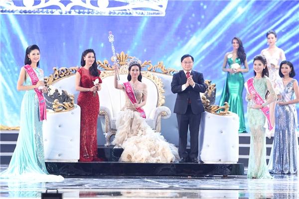 Khoảnh khắc Mỹ Linh được gọi tên cho ngôi vị Hoa hậu Việt Nam 2016, khán phòng như vỡ òa. Trong khi đó, gia đình, người thân của Mỹ Linh lại im hơi lặng tiếng cho đến khi buổi họp báo công bố top 3 kết thúc.