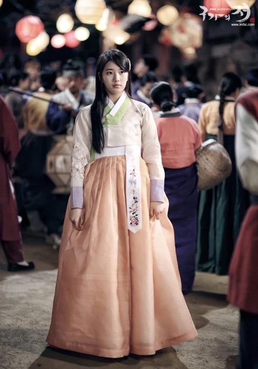 Gương mặt xinh đẹp củaSuzy rất hợp với kiểutóc giản dị và trang phục Hanbok truyền thống.