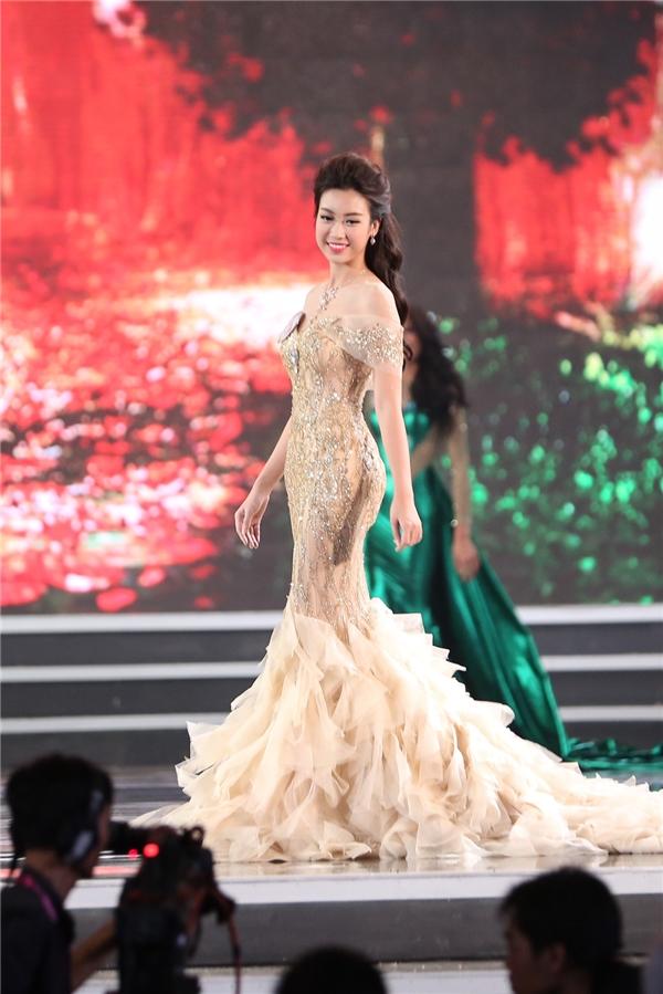 Đỗ Mỹ Linh trong phần thi áo dài và trang phục dạ hội.