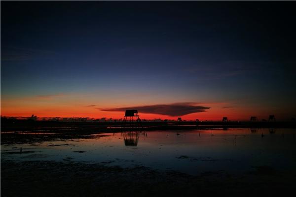 Khoảng 4h30 sáng khi mới có những tia sáng đầu tiên của ngày mới le lói, bầu trời tối đen làm nền cho những ráng hồng đầu tiên ngày mới tuyệt đẹp.