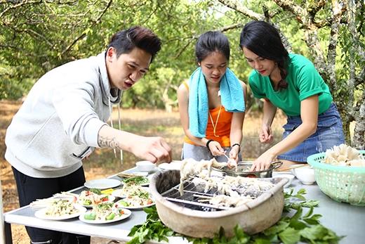 Cả 3 thành viên cùng thực hiện món nấm nướng.