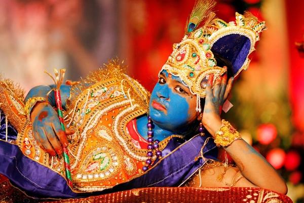 Một cô gái hóa trang thành phật HinduKrishna trong lễ hộiJanmashtami đánh dấu sựra đời của phật Krishna ở Ahmedabad, Ấn Độ.