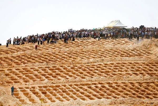 Những cái hố mộđược chuẩn bị khi nhữngthành viên gia đình và bạn bè tham dự đám tang của cácnạn nhân, những người đã thiệt mạng trongmột vụ đánh bom tự sát tại một lễ cưới ởthành phố Thổ Nhĩ Kỳ, phía nam Gaziantep.