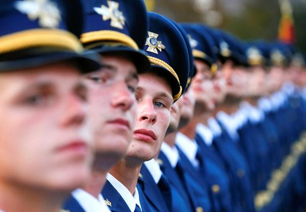 Quân nhân Ukraine đứng một hàng trong một buổi diễn tập cho cuộc diễu hành quân sự ngày Độc lập ở trung tâm Kiev, Ukraine.