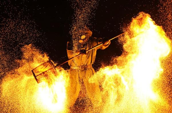 Một nghệ sĩ lửa đang biểu diễntrong Lễ hội Lửa Quốc tế Minsk ởRatomka, gần Minsk, Belarus.