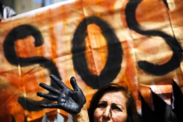 Một nhà hoạt động vớibàntay sơn màu đen tượng trưng cho sự ô nhiễm dầuđangtham gia vào một hoạt động biểu tình,yêu cầu thực hiệncác biện pháp ngăn chặn sự cố tràn dầu ởbên ngoài công ty dầu khí quốc gia ở Lima, Peru. Cáccông ty dầu khí nhà nước Petroperu xác nhận vàohôm thứ 2 đã có vụ tràn dầuthứ 5 trong năm nay, xảy ratrong các đường ống cũvận chuyển dầu từ Amazon tới bờ biển Thái Bình Dương.