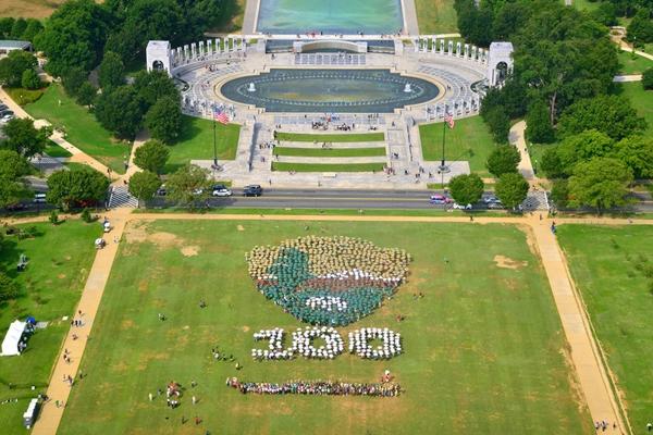 Bức ảnh này được cung cấp bởi CụcCông viên Quốc gia Hoa Kỳcho thấy nhiềungườiđangtập trung tạiNational Mall ở Washington đểtạo ra một phiên bản sống khổng lồcủabiểu tượng CụcVườn quốc gia. Sự kiện nàyđánh dấu kỉ niệmlần thứ 100 của Công viên Quốc gia.