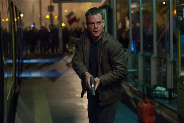 10. Jason Bourne - 347,9 triệu USD*: Sau 9 năm vắng bóng trên màn ảnh, chàng điệp viên mất trí nhớ của Matt Damon vẫn sở hữu sức hút nhất định tại phòng vé. Dẫu không được lòng giới phê bình khó tính, Jason Bourne vẫn nhận rất nhiều lời khen ngợi từ phía khán giả nhờ hàng loạt pha hành động gay cấn, mãn nhãn sau khi ra mắt hồi cuối tháng 7. Song, cả Matt Damon và đạo diễn Paul Greengrass vẫn chưa xác nhận có thực hiện tiếp phần sáu hay không. (Ảnh: Universal)